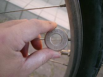 自転車の 自転車 スポーク 調整 工具 : スポークのこの部分、ネジに ...